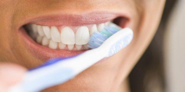 cepillandose dientes