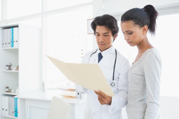 doctor viendo resultados de perfil hepatico