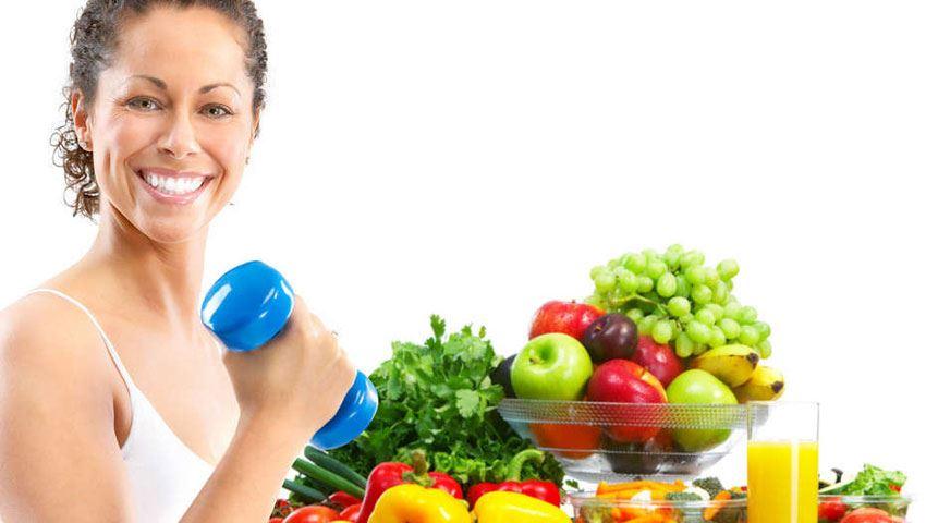 deportista con muchas frutas y verduras