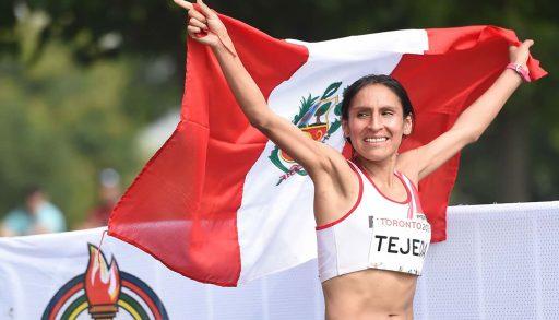 Glady tejeda con la bandera del Perú