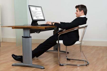 sentado frente a la computadora