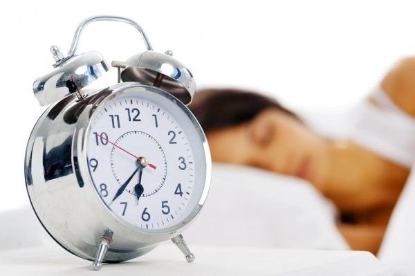 durmiendo con reloj despertador