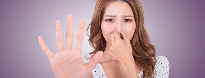 mujer tapandose nariz