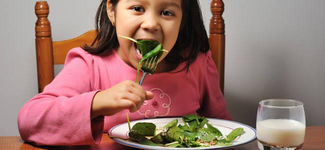 niña comiendo espinacas